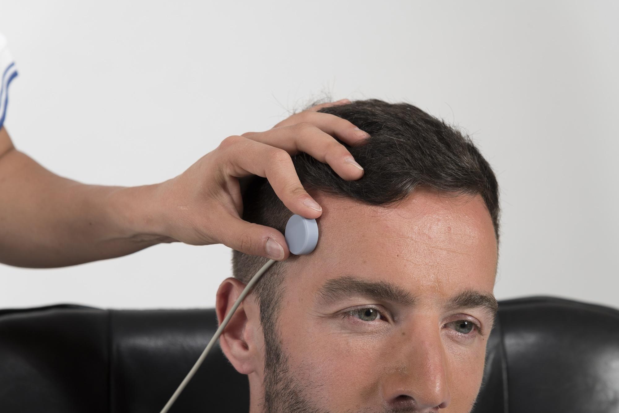 Anbringen des Vasosensors beim Migränetraining